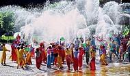 Tham gia lễ hội té nước Songkran lấy may của người Thái Lan