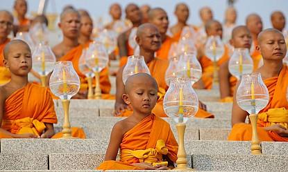 Xôn xao với những nghi thức kỳ lạ khi viếng thăm đền thờ ở Thái Lan