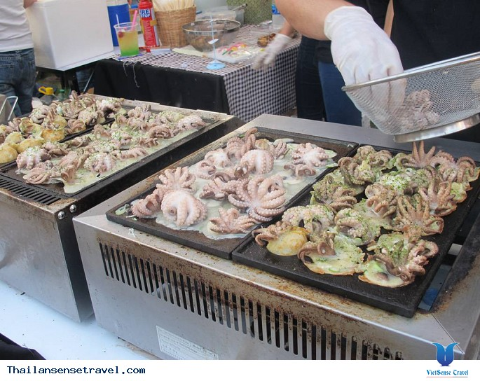 Món bạch tuộc nguyên con ở Bangkok - Ảnh 1