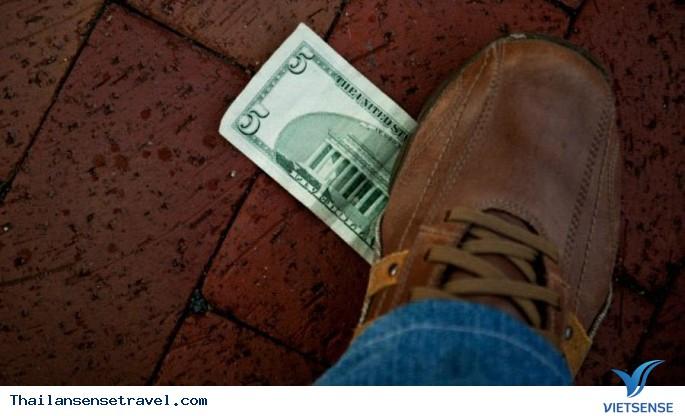 Bất cứ ai cũng không được giẫm lên tiền