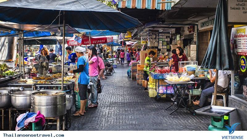 Khu chợ Rod Fai ThonBuri