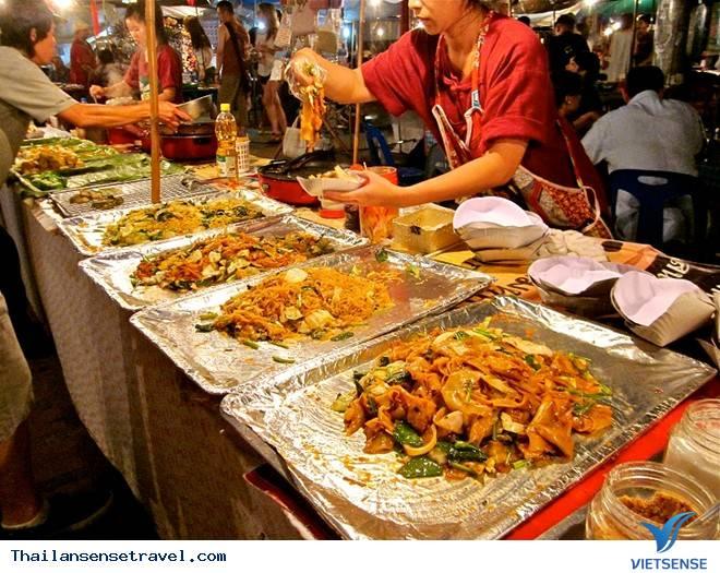 Màn biểu diễn từ thiện tại chợ đêm Chiang Rai - Ảnh 1