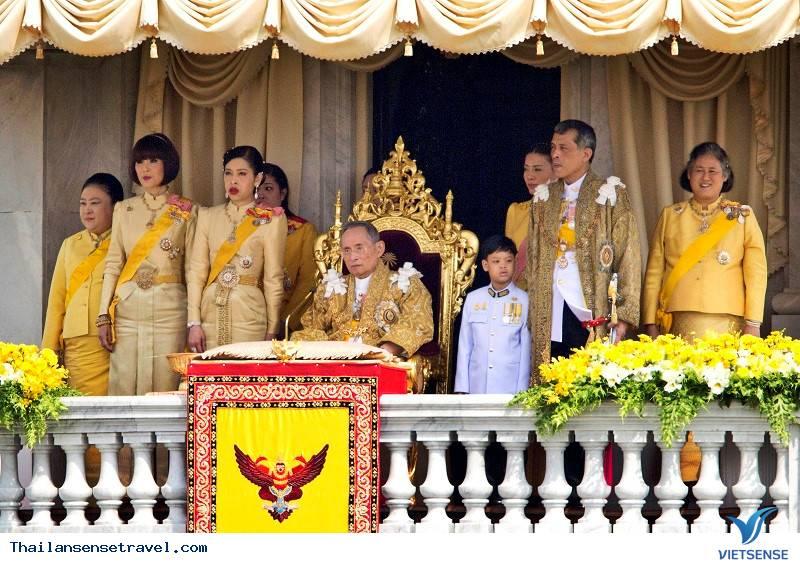 Tránh đề cập đến chính trị và gia đình hoàng gia