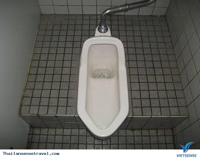 Ngồi xổm khi đi vệ sinh và không dùng giấy