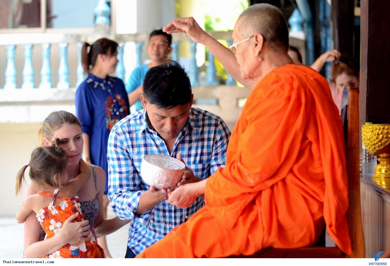những nghi thức kỳ lạ khi viếng thăm đền thờ ở Thái Lan - Ảnh 2