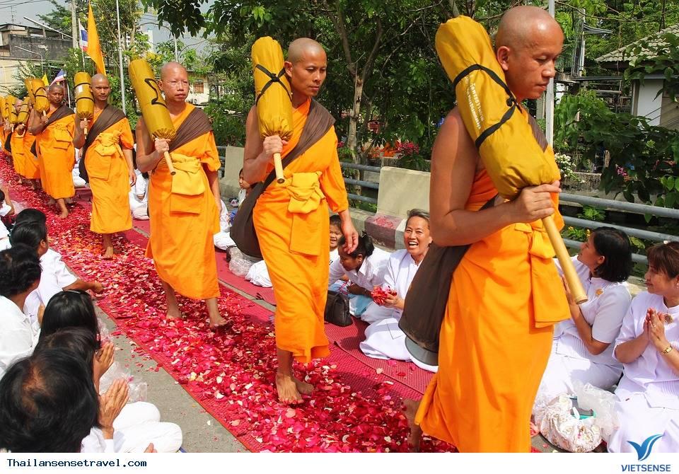 những nghi thức kỳ lạ khi viếng thăm đền thờ ở Thái Lan - Ảnh 4