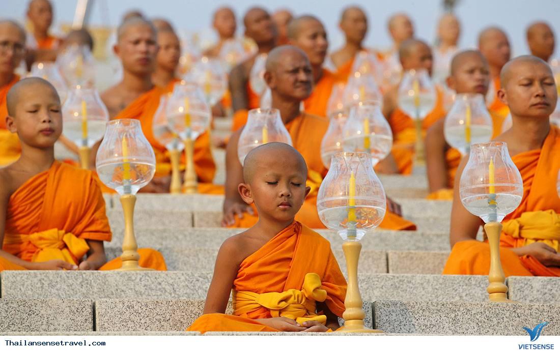 những nghi thức kỳ lạ khi viếng thăm đền thờ ở Thái Lan - Ảnh 1