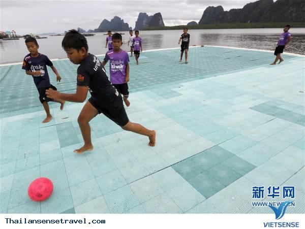 Tham quan sân bóng trên mặt biển ở làng chài của Thái Lan - Ảnh 6