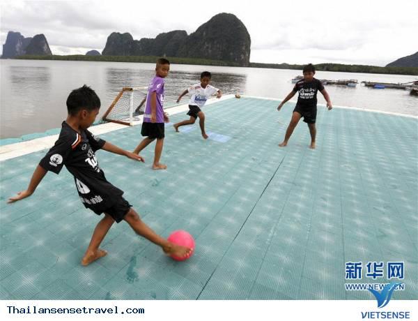 Tham quan sân bóng trên mặt biển ở làng chài của Thái Lan - Ảnh 3