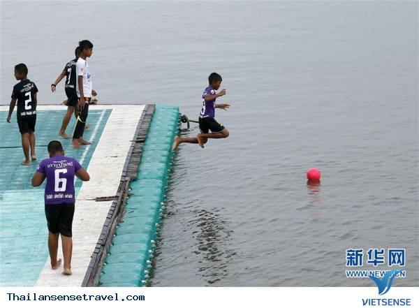 Tham quan sân bóng trên mặt biển ở làng chài của Thái Lan - Ảnh 5